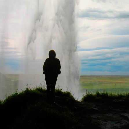 Вид изнутри водопада