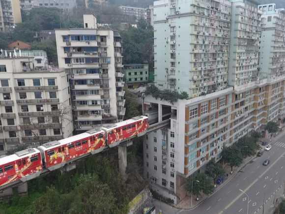 В Китае метро проходит через дом