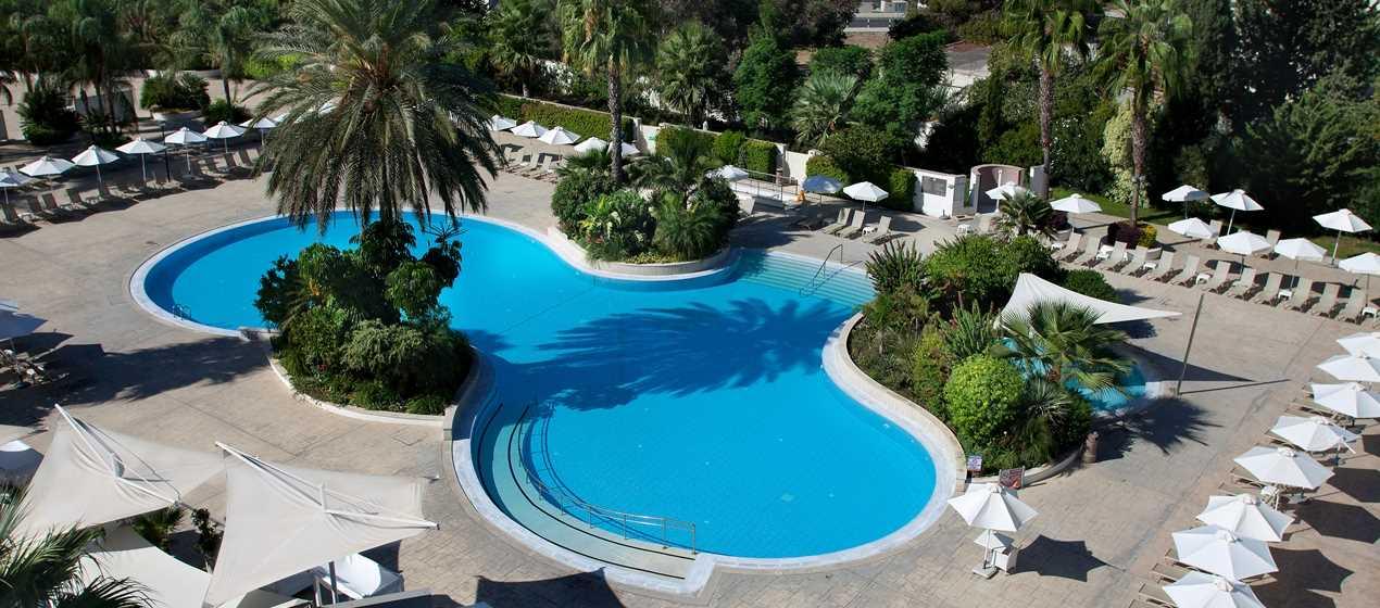 Красивый бассейн в отеле